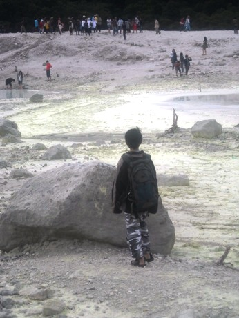 Ihsan di tengah lautan pasir belerang.
