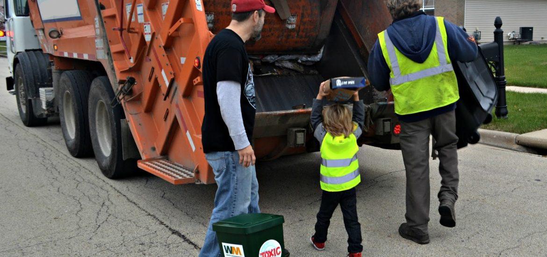 keluarga mengelola sampah rumah tangga